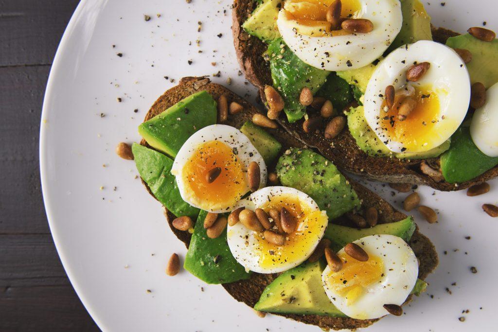 Toast avocado pinoli e uova